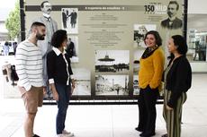 Os alunos Daniel, Maria Glória e Maryana junto da professora Maria Catharina avaliam fotos de exposição sobre Nilo Peçanha.Foto: Rakenny Braga