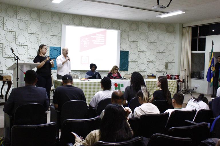 Mesa-redonda que discute os desafios do ensino de Geografia para alunos cegos