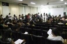 Após pegarem senha, estudantes aguardam o atendimento.