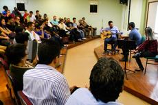 O professor Marcus durante  sua sessão de violão com músicos participantes (Fotos: Rakenny Barboza/Comunicação Social)