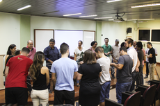 Gestores e novos colegas servidores em dinâmica realizada na acolhida (Foto: Letícia Cunha).