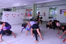 Estudantes participam de aula multidisciplinar nos Pilotis.