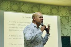 Professor de Geografia Linovaldo Miranda debateu com alunos e servidores como ocorreu o crescimento do fundamentalismo nos Estados Unidos e no Brasil. Foto: Vitor Carletti