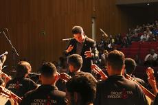 O maestro Victor Matos na condução da primeira apresentação da orquestra no Teatro Municipal Trianon (Jorge Henrique Ferreira)