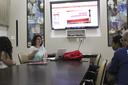 Professora Andressa Peres explica pesquisa a alunos da graduação e servidores