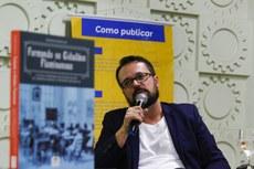 Autor do livro, o professor Rodrigo Rosselini apresentou a pesquisa e respondeu a perguntas de professores e alunos. (Fotos: Vitor Carletti)