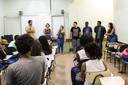Professores voluntários conversam com uma das turmas (Foto: Raphaella Cordeiro)