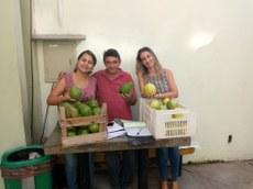Layra Pré, da Superintendência de Agricultura e Pecuária do município, um dos pequenos produtores e a nutricionista do campus, Alessandra Asmar.