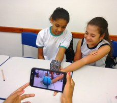 A partir da imagem do cubo, capturada pelo smartphone, um aplicativo gera imagens de planetas e Sistema Solar (Reprodução).