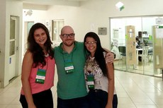 O professor Thiago Oliveira entre as estudantes Camilla Mendes e Nathalia Medeiros.