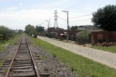 A comunidade leva esse nome por ter se desenvolvido à margem da linha do trem
