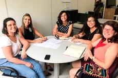 A professora Andressa, última à direita, recebeu a equipe da Secretaria de Educação no  dia 1º de novembro.