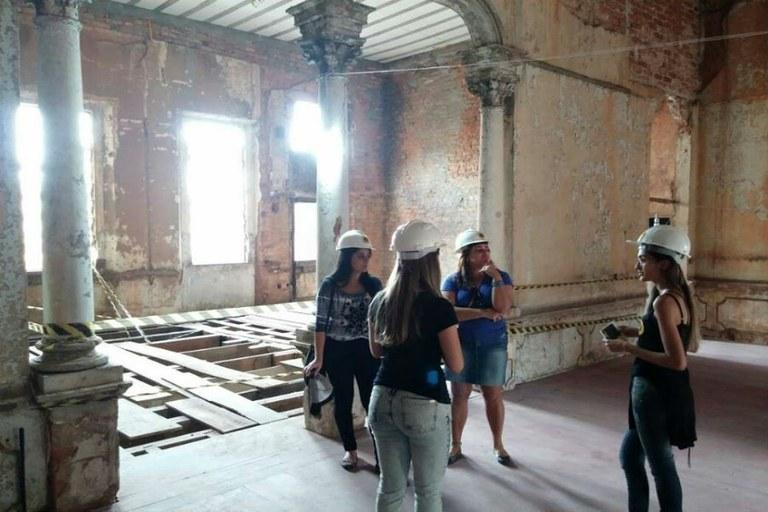 Estudantes de Arquitetura na visita guiada ao prédio da Lyra de Apollo (Divulgação)