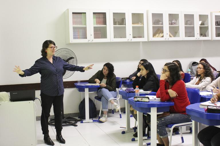 A professora Andressa Teixeira e alunos do curso (Foto: Raphaella Cordeiro)