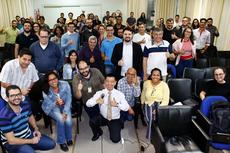 Consultor Henry Suzuki ao centro com os participantes do curso.Fotos: Vitor Carletti
