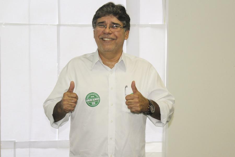 Carlos Alberto no momento do registro do voto.(Foto: Letícia Cunha)