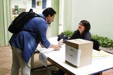 Professor participa da eleição (Foto: Letícia Cunha).