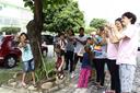 Crianças e bolsistas do projeto em atividade na área externa do Campus Campos Centro (Letícia Cunha).