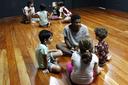 Bolsistas do projeto em interação com as crianças participantes (Letícia Cunha).