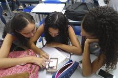 Estudantes desenvolvem atividade em aula de Biologia (Divulgação)