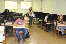 A professora Ana Paula Castro distribui o teste.