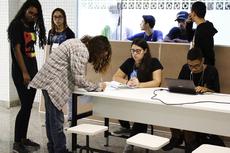 Alunos na fila de votação para a Eleição do Grêmio Estudantil. (Foto: Letícia Cunha)
