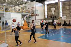 Professores e estudantes de Educação Física ocupam parte da quadra que recebeu seis tabelas de basquete adaptadas.