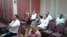 Funcionários do hotel recebendo as orientações do grupo do Campus Campos Guarus.