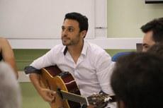 Professor Gustavo França ministrando oficina sobre educação musical.