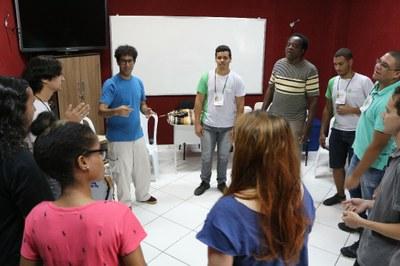 """Professor André Mendes (de azul)ministrando a oficina """"Percussão: rítmica brasileira""""."""