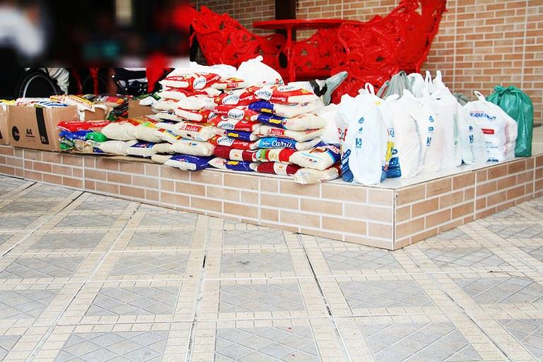 ONG de Campos recebe alimentos arrecadados da festa julina do Campus Guarus