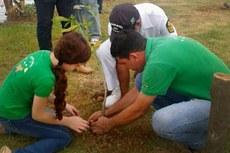 Equipe do Projeto Capivara durante plantio de árvores no Cais da Coroa, em Campos, em janeiro