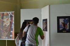 Alunos observam exposição durante o 1º Novembro Negro, no IFFluminense Itaperuna