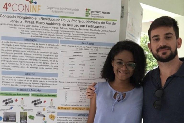 A aluna Camila Vitó com o professor Murilo Souza: artigo sobre reaproveitamento de pó de pedra