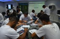Alunos de Educação Física participam de aula sobre uso da tecnologia no ensino na Tecnoteca, no Campus Itaperuna