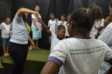 Atividade do projeto Arte em Cena, com alunos da rede municipal