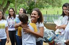Alunos do IFFluminense Itaperuna fizeram a entrega dos presentes a alunos da Escola Sesmaria