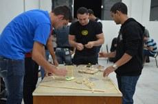 Alunos do curso de Mecânica participam da montagem das pontes de palito