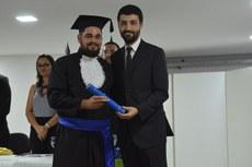 Adilson, na formatura, ao lado do coordenador do curso, o professor Juvenil Junior