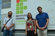 Na foto, o pesquisador Jorge Martinez (à direita), a diretora Michelle e o professor Adriano