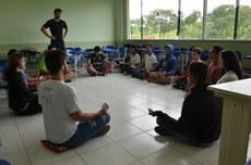os alunos estão aprendendo a meditar durante as aulas de Educação Física