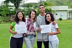 A professora Juliana Simões, com os alunos Emanuele, Samir e Dara