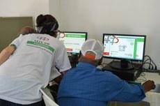 A aula inaugural de curso de inclusão digital do projeto Elo aconteceu no laboratório montado no asilo