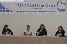 As professoras Maria Isaura, Vania Dutra e Leonor Werneck com a mediadora Magda Martins.