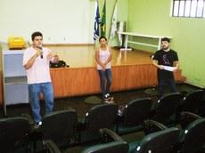 Professores Oseias Teixeira e Leonardo Salvalaio e a bolsista Dyane Pimentel apresentam o vídeo feito pelo projeto de extensão.