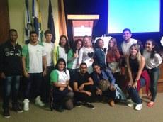 """O servidor Rafael Carlos com os alunos do curso """"Educação e Surdez"""". (Divulgação)"""