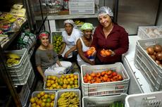 Alessandra Paravidino (nutricionista do campus), Alzemira de Lima Martins da Cooperativa de Macaé, Eliene Mendes (merendeira) e Beatriz Ribeiro (merendeira)