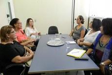 Equipe do NAPBEM em reunião com servidoras da Coordenação de Gestão de Pessoas e Assistente Social do Campus Macaé. (Foto: Tiago Quintes)