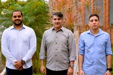 Professor Robson (centro) com os estudantes Lucas e Carlos Henrique. (Foto: Leonardo Saleh)