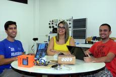 A professora Nathalie Terra e os alunos de Engenharia de Controle e Automação Luiz Inácio dos Santos e Rafael Gomes Faturini.